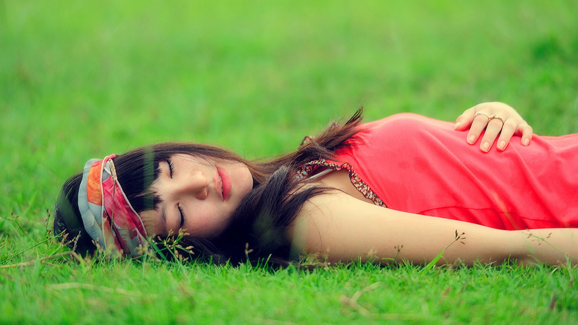 brunette_grass_emotions_relaxation_66077_1920x1080